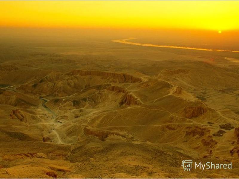 За Фивами в горах имеются многочисленные долины, самая популярная их них Долина Царей. История долины хранит огромное количество фактов, связанных с кражами ограблениями и ночными налетами. В Египте сохранилось множество царских гробниц от І династии