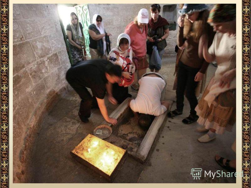 Внутри часовни Вознесения. Камень естественной скалы с ясно отпечатавшимся на нем следом левой стопы. Прежние паломники, например, игумен Даниил, видели две стопы на камне, но одну стопу мусульмане отсекли от скалы и перенесли в мечеть Эль-Акса.