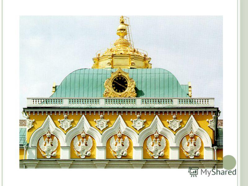 С наружного фасада дворец выглядит трехэтажным, но фактически состоит из двух этажей. Первый этаж выступает вперед и образует наверху открытую террасу. Арочные окна, разделенные узкими простенками, придают ему вид закрытой галереи. Цоколь облицован е