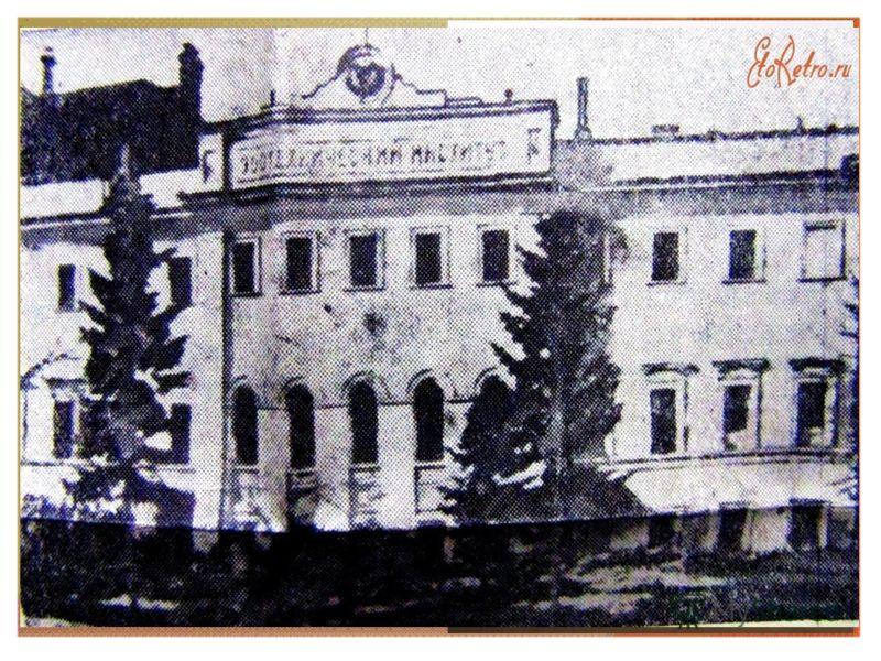 В 1921 году Георгий Алексеевич заканчивает Чернскую школу 2-й ступени и едет учиться в Москву, где в 1925 году заканчивает литературное отделение в Институте слова. Затем поступает на факультет охотоведения и звероводства в Высший зоотехнический инст