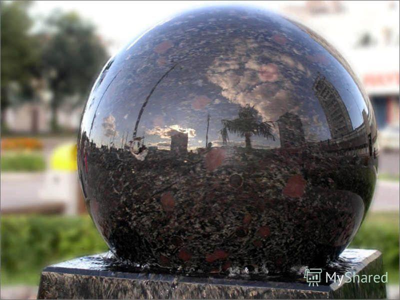 В 2004 году в нашем городе появился ещё один живописный уголок – площадь Правосудия, украшенная скульптурой и оригинальным фонтаном с подсветкой. Богиню правосудия Фемиду отлили в бронзе и поставили перед краевым судом. И эту скульптурную композицию