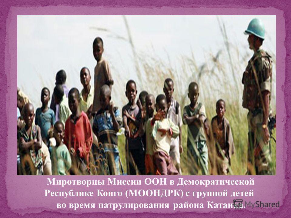 Военнослужащие из пакистанского и китайского военно-медицинских подразделений проводят медосмотр жителей Копо, Либерия.