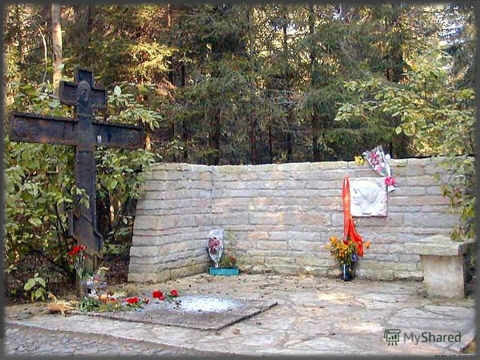 5 марта 1966 г. Анна Ахматова - Муза художников, композиторов и поэтов, хранительница и спасительница классических традиций покинула этот мир. 10 марта, после отпевания в Никольском Морском соборе прах её был погребён на кладбище в посёлке Комарове п