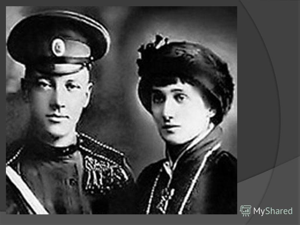 25 апреля 1910 г. за Днепром в деревенской церкви она обвенчалась с Н.С.Гумилёвым, с которым познакомилась в 1903г, когда ей было 14, а ему 17 лет. Свой медовый месяц Ахматова провела в Париже, затем переехала в Петербург и с 1910 по 1916 г. Жила в о