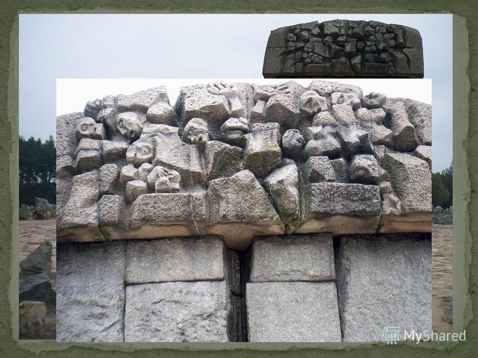 В центре кладбища – монумент, сложенный из грубо оттесанного камня.