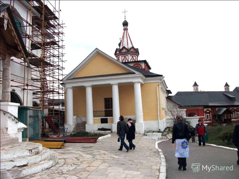 В 1693 году на вклад царевны Софии к трапезной был пристроен храм Преображения Господня.