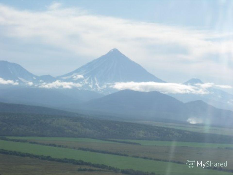 На главном острове Гавайи находится вулкан Мануа-Лоа Характерная особенность его состоит в том, что базальтовые расплавы здесь изливаются относительно спокойно, без взрывов. Расплав слабо насыщен газами и имеет небольшую вязкость, хотя иногда и возни