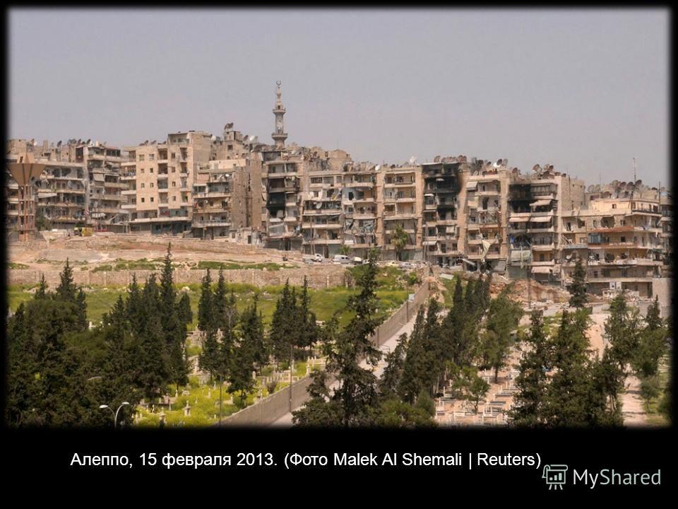 Обломки вертолета, принадлежащего силам, лояльным президенту Сирии Башару аль-Асаду, на военном аэродроме в Алеппо, 2 марта 2013 года. (Reuters / Махмуд Hassano)