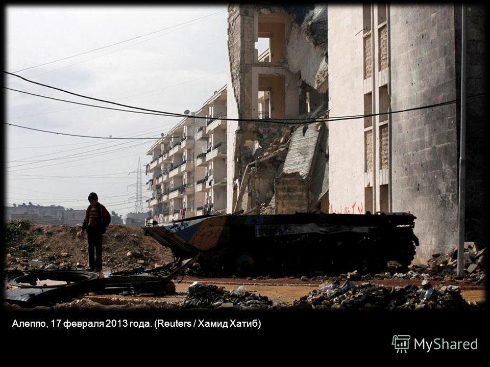 Сириец окуривает улицы покрытые неубранным мусором в северном городе Алеппо, 24 марта 2013 года. (Бюлент Кылыч / AFP / Getty Images)