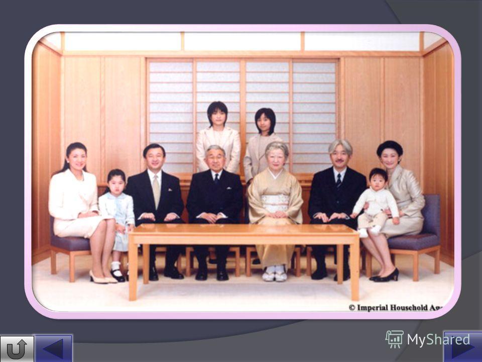 Университет был успешно окончен в марте 1956 г., а в апреле 1959 г. крон-принц женился на Сёда Митико, старшей дочери Сёда Хидэсабуро, президента крупной мукомольной компании. Тем самым были нарушены многовековые традиции, предписывающие членам импер