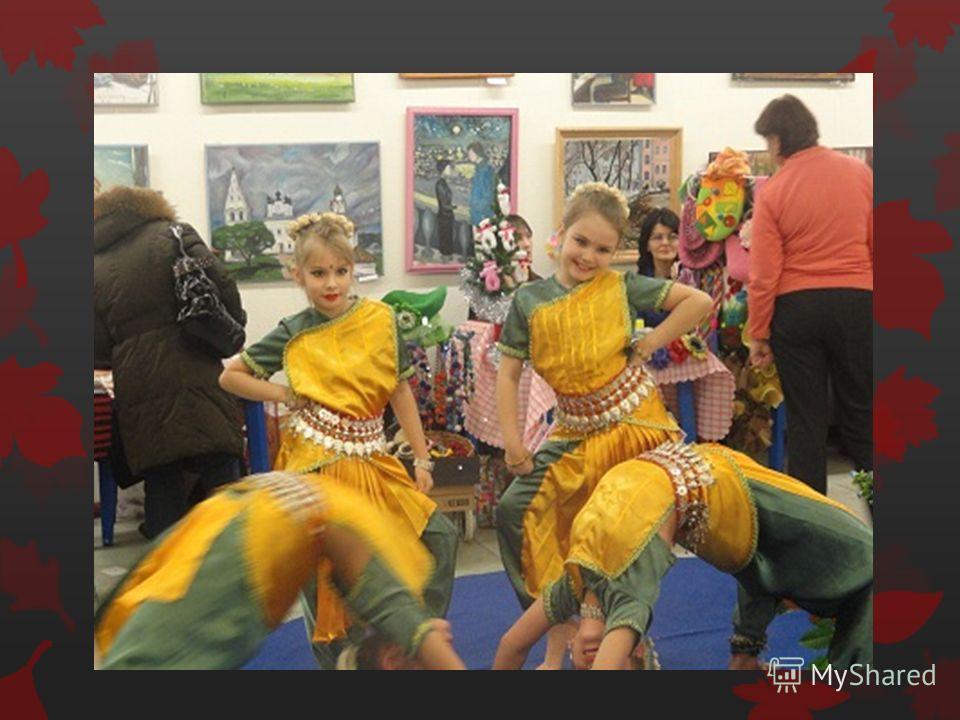 На исполнительнице индийского храмового танца - огромное число украшений, звенящих при каждом движении. Бронзовые колокольчики на ногах, золотые браслеты на запястьях и над локтями, в носу кольцо натх, соединенное цепочкой с мочкой уха, на шее ожерел