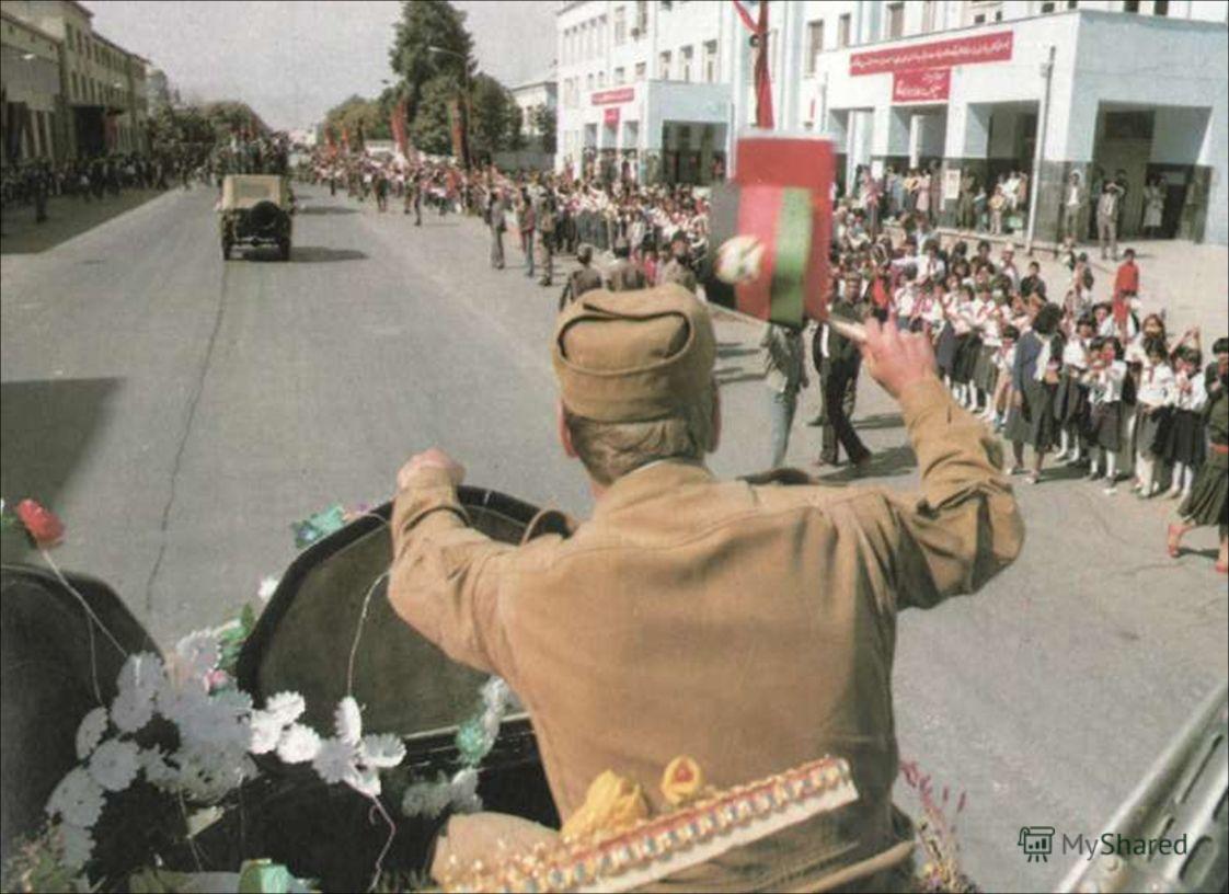 Идут боевые машины. Знамена, цветы на броне, Родные мальчишки – мужчины Мужали в афганском огне.