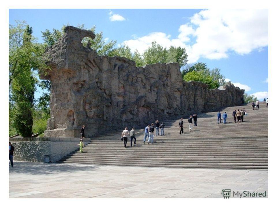 Стены-руины каменная книга, героическая летопись. Пластическими образами, надписями стены-руины создают обстановку той поры.