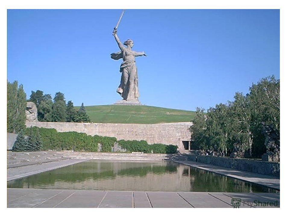 Площадь героев размещена между стенами-руинами и подпорной стеной с монументальным рельефом. Площадь разрезана огромным прямоугольным бассейном размером 25,6 х 86 м, который в летнее время заполняется водой.
