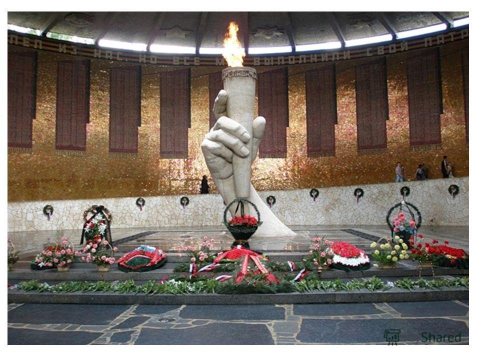 С Площади героев через вход в стене с монументальным рельефом по ступенчатому подъему галереи путь ведет в Зал воинской славы. Зал воинской славы цилиндрической формы здание, внутренний диаметр которого 42 м, высота 13,5 м. В центре перекрытия круглы
