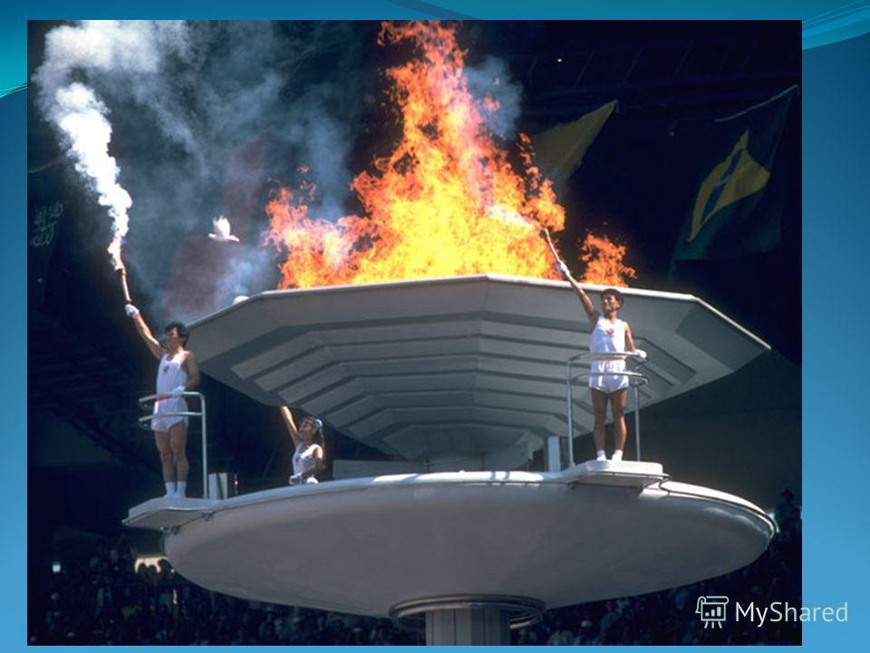 Зазжение олимпийского огня на церемонии открытия