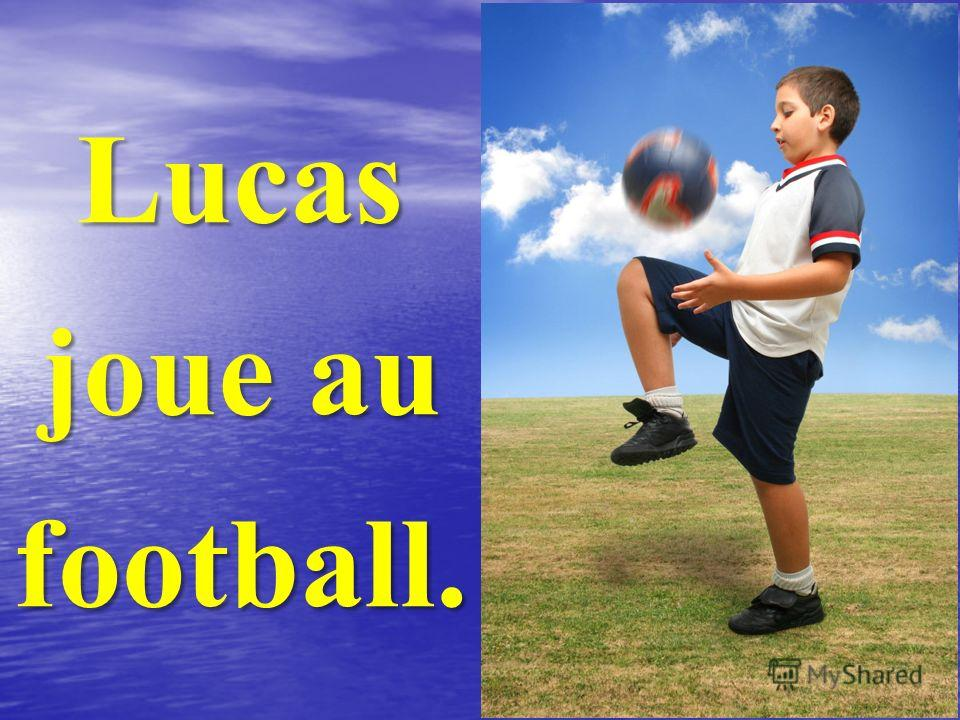 Lucas joue au football.