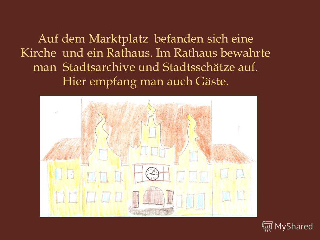 Auf dem Marktplatz befanden sich eine Kirche und ein Rathaus. Im Rathaus bewahrte man Stadtsarchive und Stadtsschätze auf. Hier empfang man auch Gäste.
