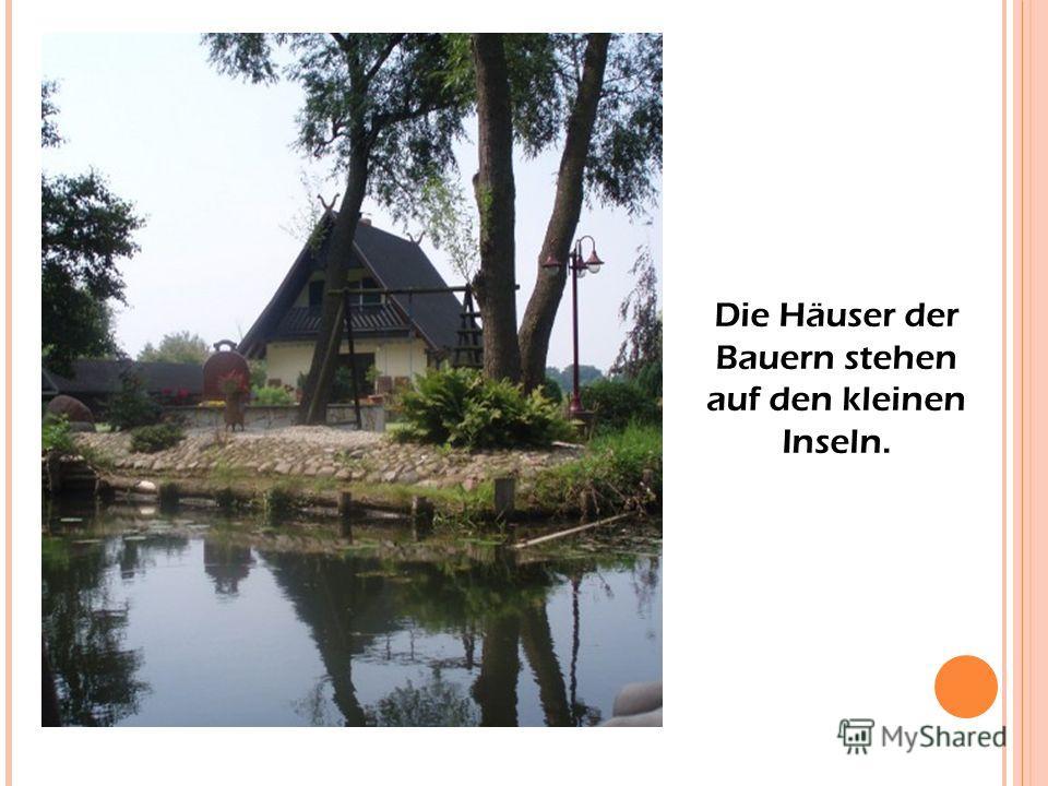 Die Häuser der Bauern stehen auf den kleinen Inseln.