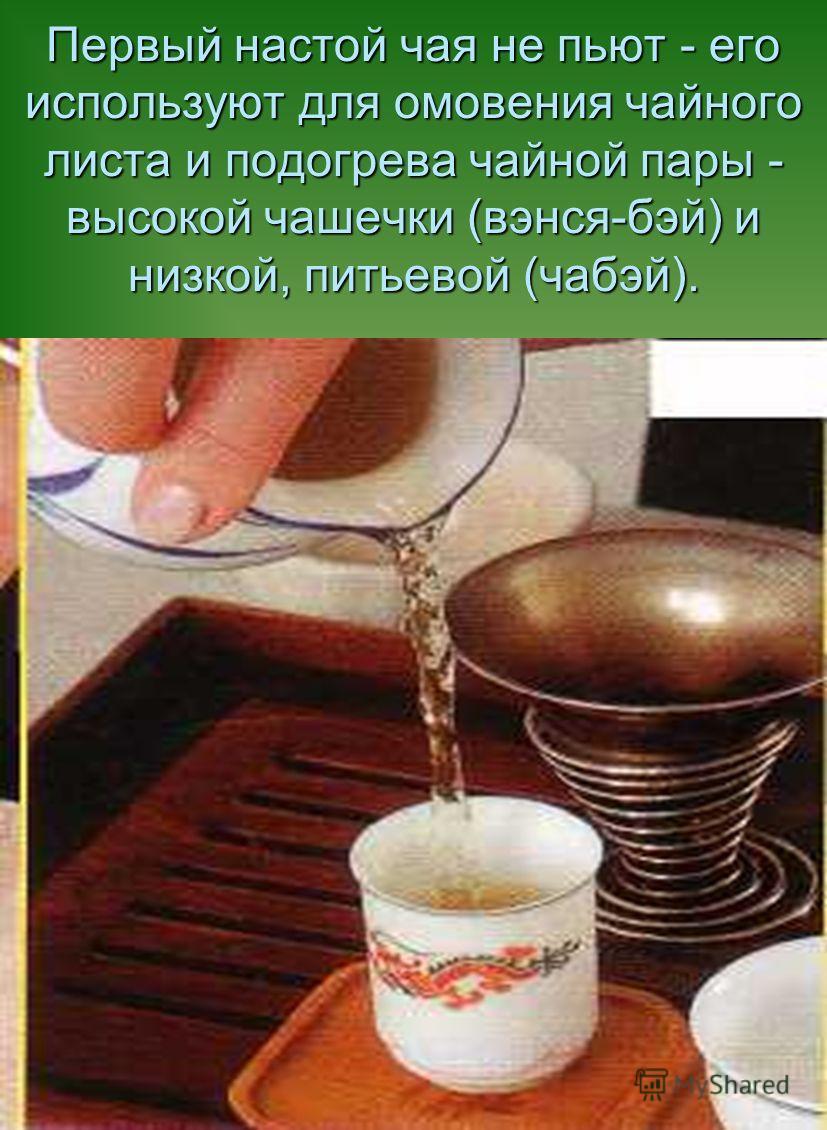Закрываем чайник крышкой, укутываем полотенцем, взбалтываем, раскачивая чайник из стороны в сторону