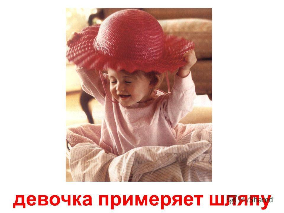 малыш сосёт кулачок