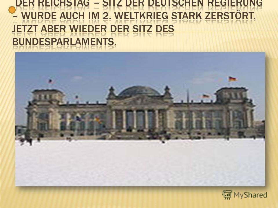 2 Das Brandenburger Tor mit seiner Quadriga ist eine weltberühmte Sehenswürdigkeit.
