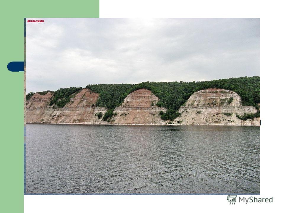 Рельеф области Волга делит область на низменное Левобережье (Заволжье) и возвышенное Правобережье продолжение Приволжской возвышенности (Мордовская возвышенность, высота до 247 м; Чувашская возвышенность, Перемиловские, Фаддеевы горы, возвышенность М
