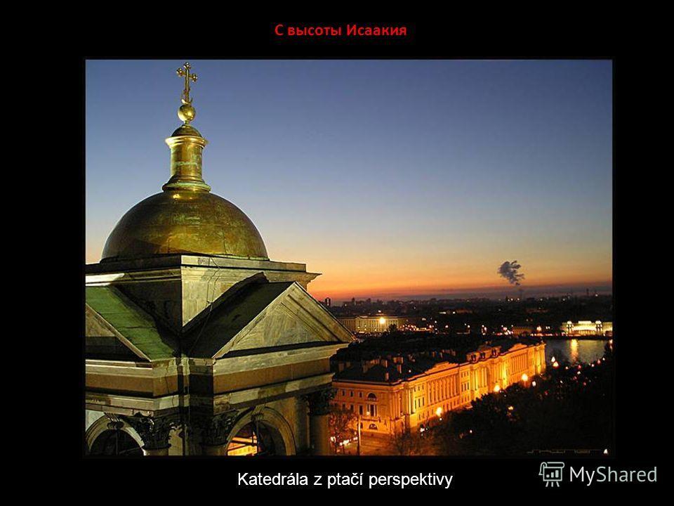 Николай и Исаакий Zlatá kopule chrámu sv. Izáka nad domy jižně od náměstí Děkabristů a je pro panorama Petrohradu zcela typická