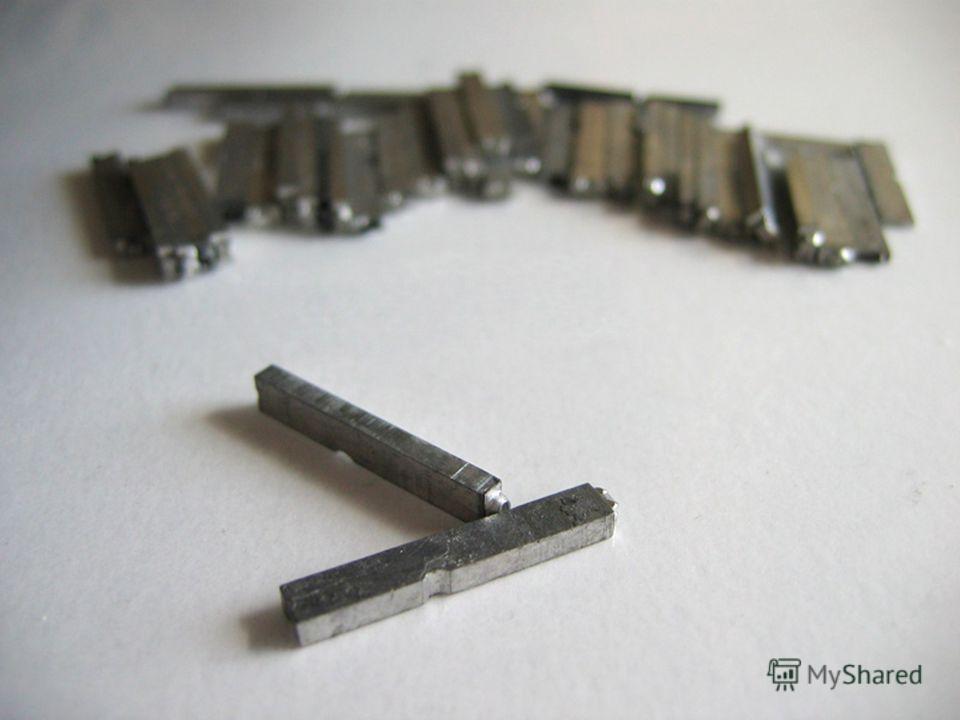 Сначала литеры были деревянными, а потом стали использовать в для печатания металлические буквы- литеры.