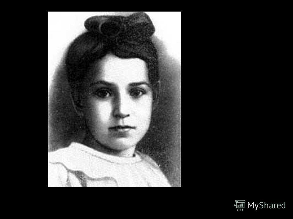Девять страничек алфавитной записной книжки, исписанные детским почерком. В первую, самую страшную, блокадную зиму 1941-42 года от голода умерли все Танины родные, и она отмечала это в своём дневнике.