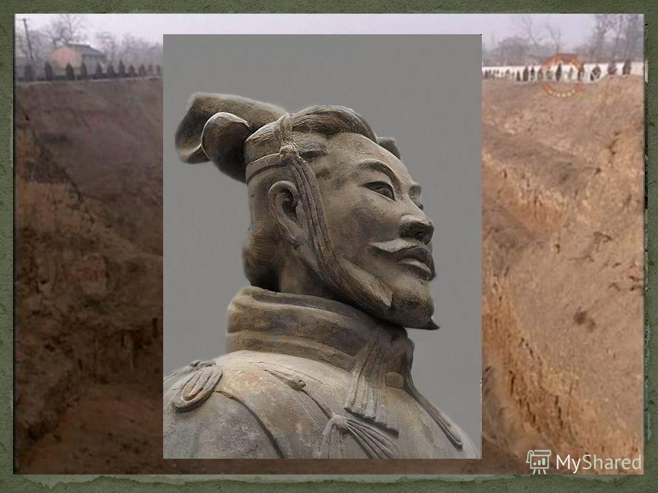 В 1974 г. совсем случайно была найдена гробница императора Цинь Шихуанди. Крестьянин, который пахал плугом поле, провалился в какую-то яму. Это был ход к месту погребения императора. Подземная гробница занимает огромную площадь несколько квадратных к