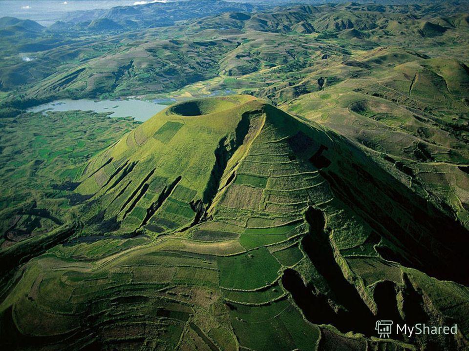 Природные ресурсы Через всю восточную часть острова с севера на юг протянулось вулканическое плато, самая высокая часть которого расположена на севере - массив Царатанана с высшей точкой страны горой Маромокотро (2 876 м).