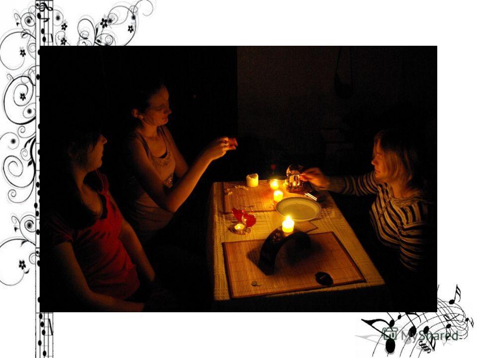 Гадание на воске на будущее Берутся две свечи. Одна разламывается на кусочки. Кусочки складываются в ложку или небольшую мисочку. Вторая свеча поджигается, и с ее помощью в ложке растапливается воск первой. Растопленный воск (очень быстро!) выливаетс