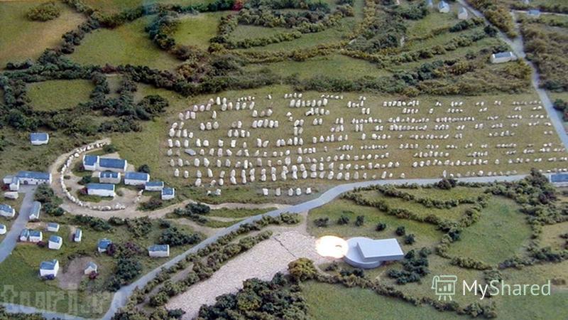 МЕНГИРЫ В КАРНАКЕ (ФРАНЦИЯ) Существуют, так же, менгиры, выстроеннее в линию, (назовем это условно ряды камней) иногда в несколько параллельнех рядов. Самый грандиозней ансамбль такого рода, находится в Карнаке, и насчитывает около 3 000 (!) менгиров