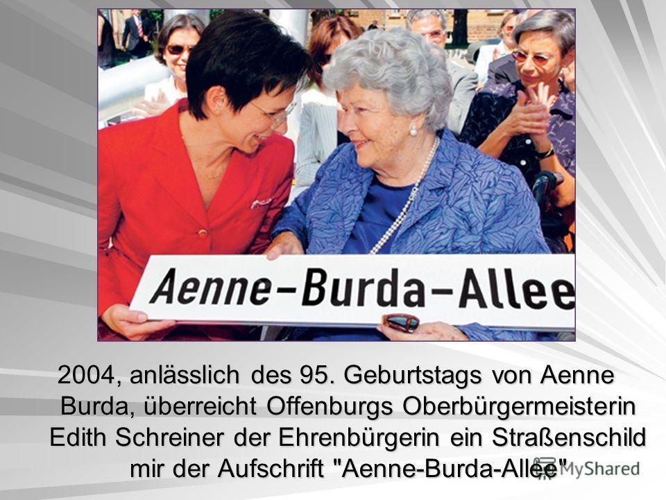 2004, anlässlich des 95. Geburtstags von Aenne Burda, überreicht Offenburgs Oberbürgermeisterin Edith Schreiner der Ehrenbürgerin ein Straßenschild mir der Aufschrift Aenne-Burda-Allee
