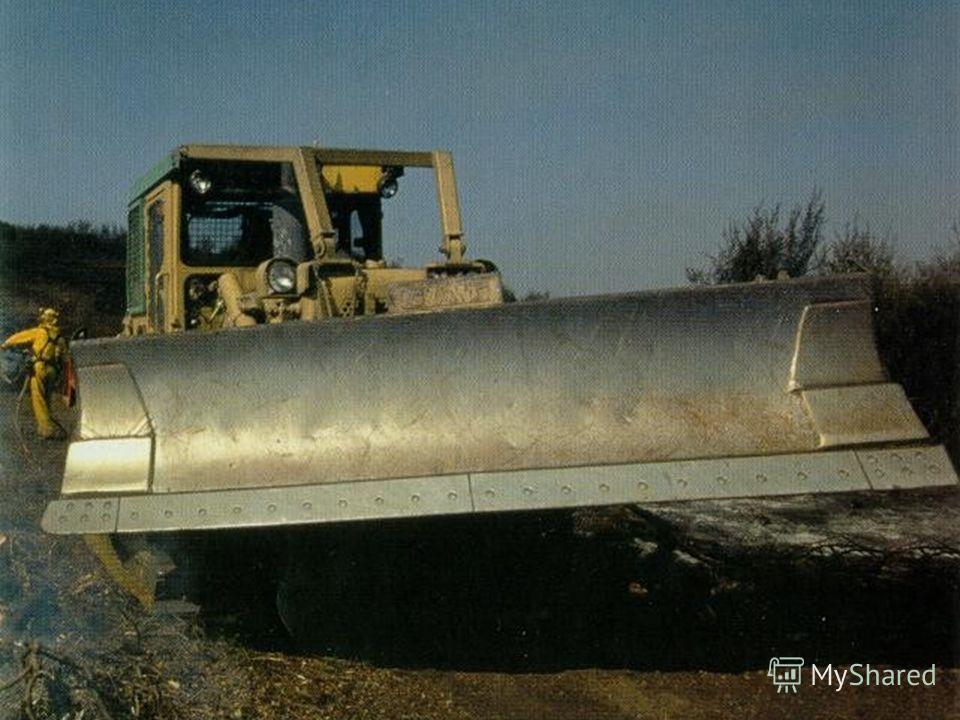 Впереди у бульдозера есть отвал. Им он расчищает землю.