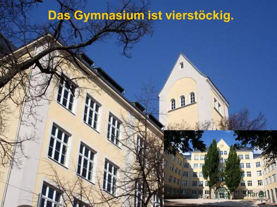 Das Gymnasium ist vierstöckig.