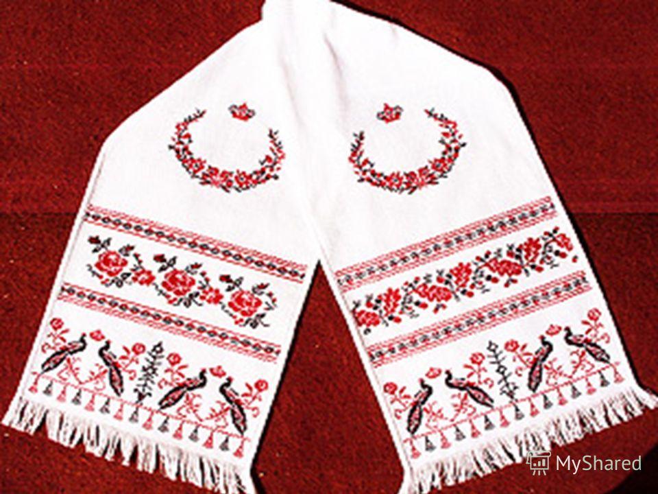 Этим рушникам и скатертям около 100 лет. Их вышивала Евдокия Карпинская, которая прожила до 97 лет.