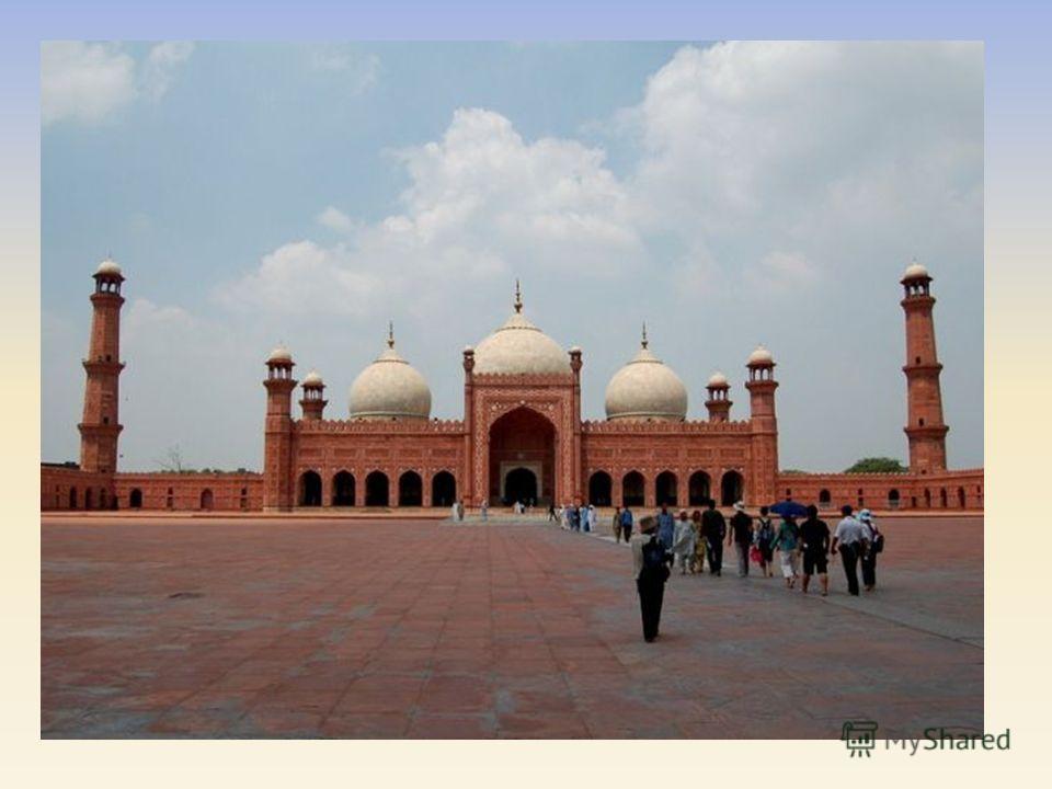 В архитектуре арабских стран распространен тип колонной мечети. Ее внешний вид напоминает крепость, окруженную глухими стенами, в которых пробиты входы, но ни один не выделен в качестве главного. Нередко в ту пору крепостные стены мечети служили и за