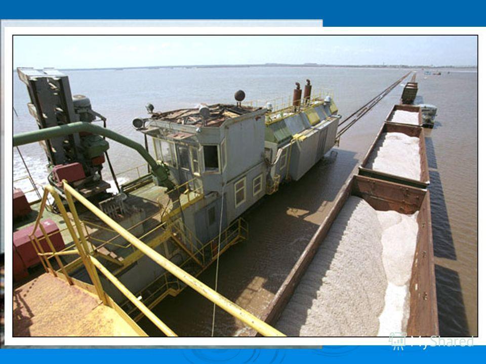 Рельсы проложены прямо по соленому озеру Баскунчак, и составы с солью курсируют по воде. Баскунчакская железная дорога проходит прямо по озеру. Она подвижна и постоянно сдвигается в зависимости от места добычи соли.