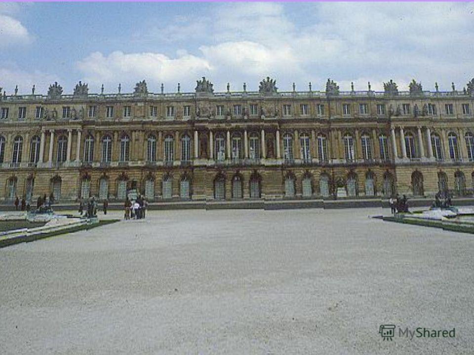 С 1674 Людовик XIV принял решение сделать своей резиденцией Версаль. Работы в Лувре были приостановлены, многие помещения так и остались недостроенными в течение длительного времени. После бурных лет Революции, работы по строительству Лувра были возо