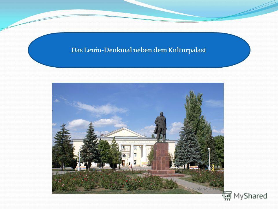 Das Lenin-Denkmal neben dem Kulturpalast