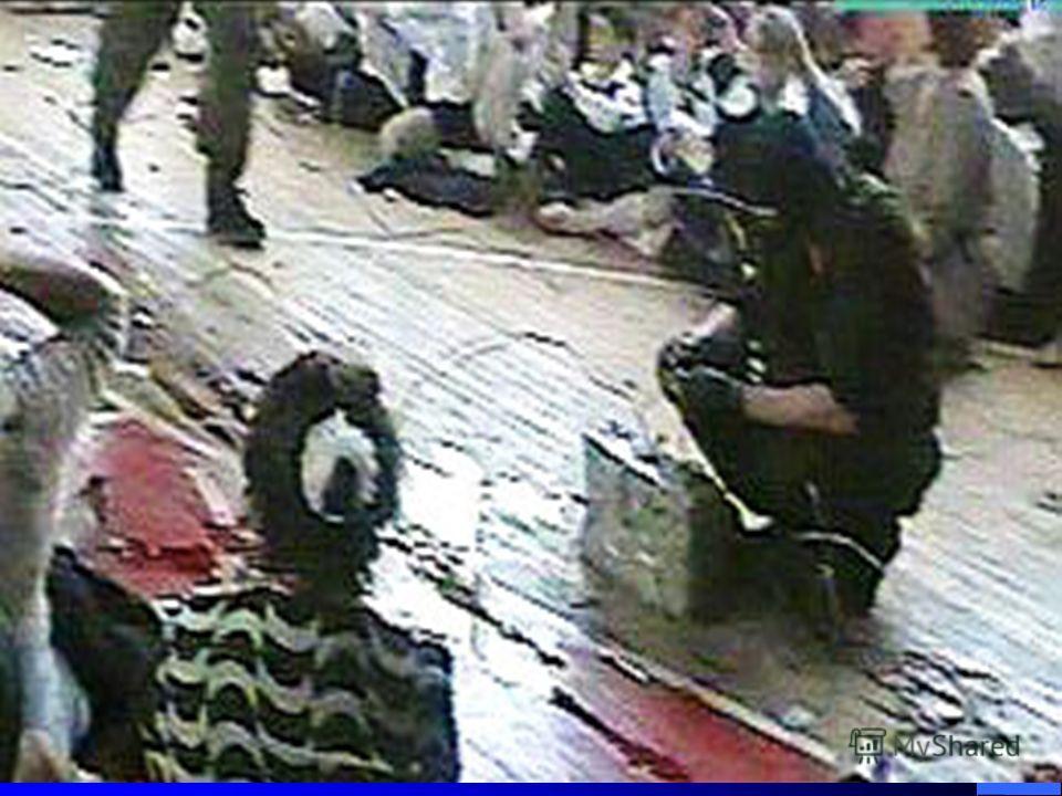 1128 человек стали заложниками боевиков. Их закрыли в спортивном зале. Трое суток дети и взрослые находились там без еды и воды под постоянной угрозой взрыва. Боевики развесили бомбы в баскетбольных кольцах, на стульях и в центре зала.