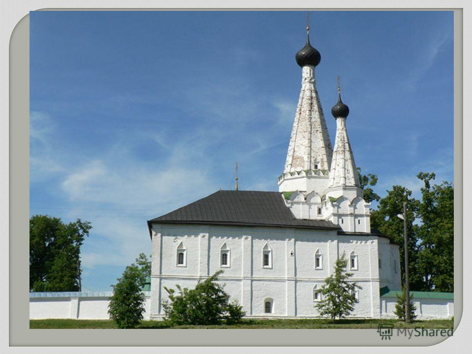 В церковном зодчестве продолжали развиваться традиции шатровой архитектуры, однако в шатровых постройках все более заметно выступает стремление к внешней нарядности, декоративности убранства. Шатровый тип храма, воплощающий народную, светскую струю в